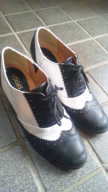 今朝母に『あの白黒の靴って流行りなの?西島さんはいてるし、ポルノ.