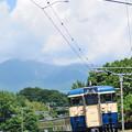 Photos: 夏雲湧き上がる八ヶ岳をバックにカーブを駆け下りてくる中央本線115系普通電車