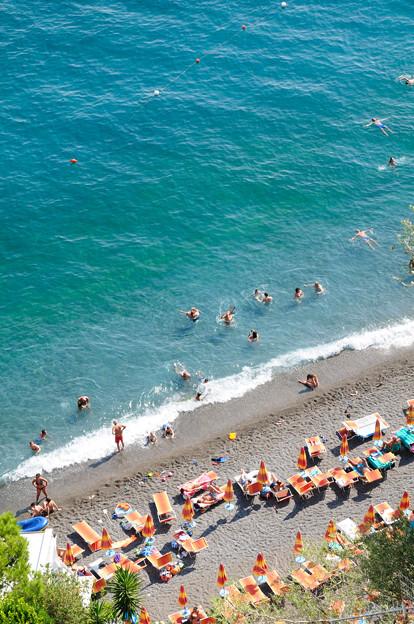 エメラルドグリーンのポジターノのビーチ