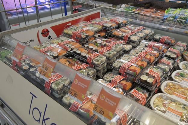 イタリア ローマのスーパーに並ぶ寿司