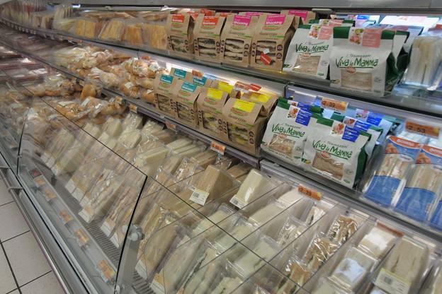 イタリア ローマのスーパーに並ぶデリ