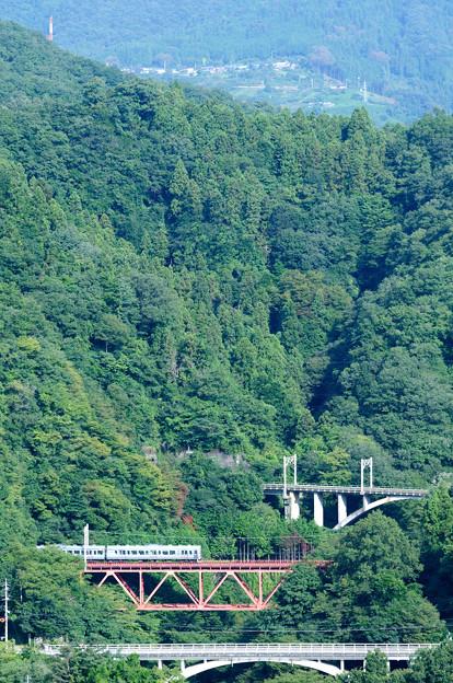 中央線四方津の大呼戸橋梁を渡る211系普通電車
