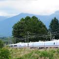 八ヶ岳をバックに長坂を通過し新宿へ向かうE351系特急スーパーあずさ号