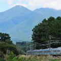 八ヶ岳の稜線と211系中央線普通電車