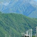 爺ヶ岳を背景に安曇沓掛駅~信濃常盤を行く211系電車