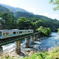 姫川の鉄橋を渡る大糸線E127系電車