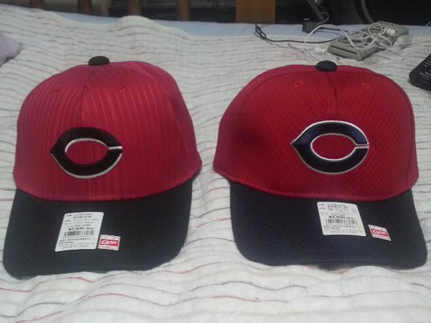 Photos: 左が去年の赤道直下キャップ。去年は赤×黒で今年は赤×濃紺。濃紺Cマ...