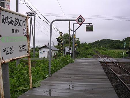 南幌延駅ホームと待合室