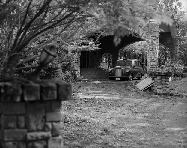 Photos: 廃墟と英国タクシーと。
