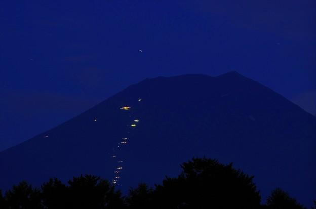 2015富士山麓・夏64「パインズパーク」山小屋と登山客の明かり