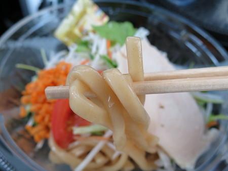 ローソン 太麺!冷しまぜそば「ガツン!と にんにく!」 麺アップ