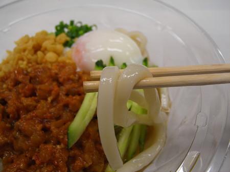 デイリーヤマザキ こだわり麺や監修 冷しぶっかけ肉味噌うどん 麺アップ