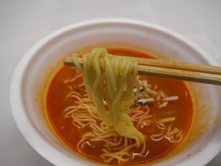 サンヨー食品 サッポロ一番 辛雷門 辛烈担担麺 麺アップ