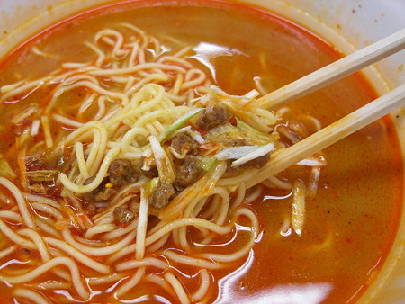 サンヨー食品 サッポロ一番 辛雷門 辛烈担担麺 具材の様子
