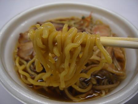 セブンイレブン チャーシュー盛り!醤油ラーメン(鰹だし) 麺アップ