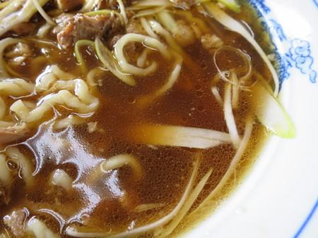 オーモリラーメン せいほう国道店 特製ねぎソバ スープの様子