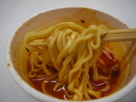 日清 セブンプレミアム 蒙古タンメン中本 北極ラーメン 麺アップ
