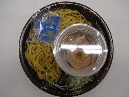 ローソン 濃厚魚介豚骨スープのつけ麺(ひやあつ) 中身の様子