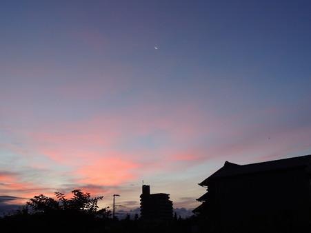 朝焼けの空に三ヶ月と金星
