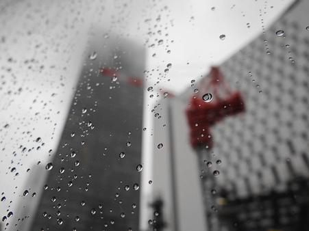 台風の影響で雨強し~~