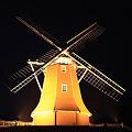 夜の牧場の風車