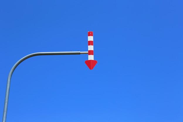 青空と矢印の下で
