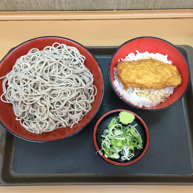写真: 富士そば とり天丼セット