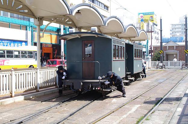 s6636_坊ちゃん列車客車の人力回送_松山市電停