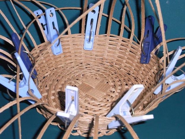 エコクラフト籠編み始めは洗濯ばさみ