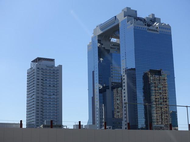 スカイビルに映った高層ビル