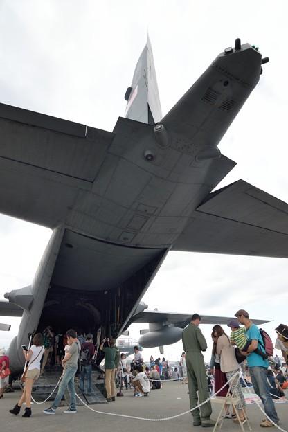 大きなC-130の尾翼の下で