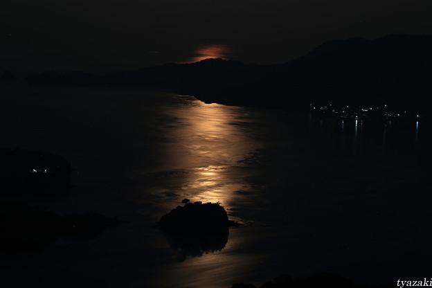 月光が瀬戸内海を照らす