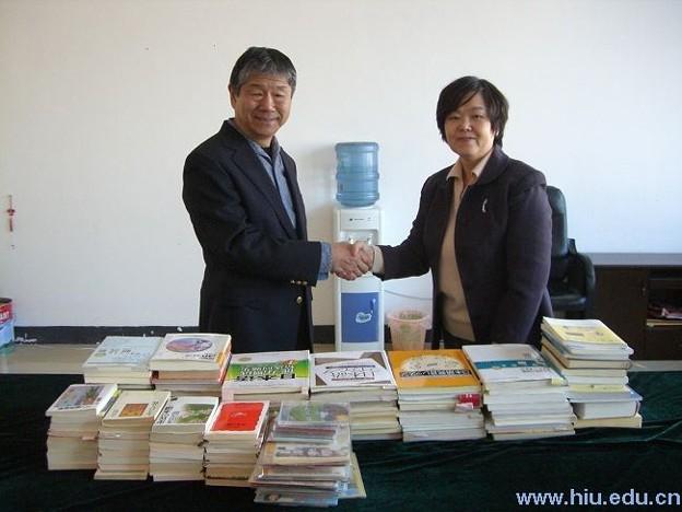 纐纈先生、図書を寄贈