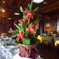 写真: バナウェホテルのレストラン Flowers on a table