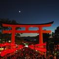 Photos: 浴衣着て転(こ)けし狐や稲荷山 Moon over the Torii gate