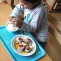 写真: **息子さんにハンバーグを作らせて食べさせるという食育。