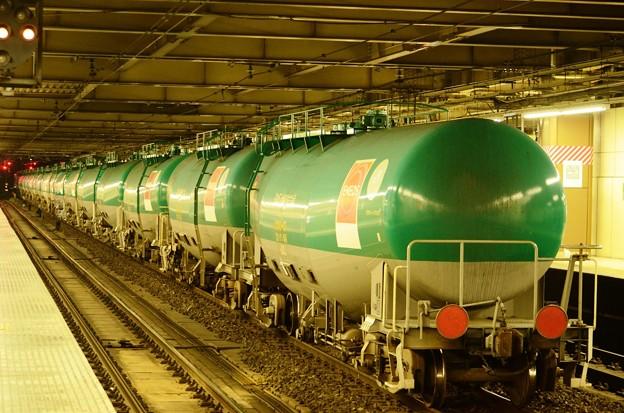緑色のタキ1000石油返空貨物 大宮5番停車