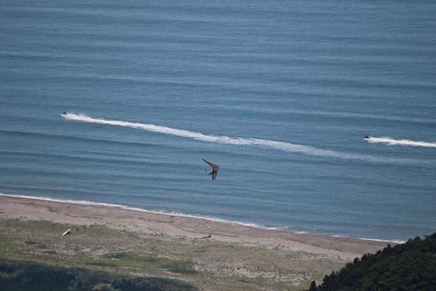 山頂からの水上バイクとハングライダー