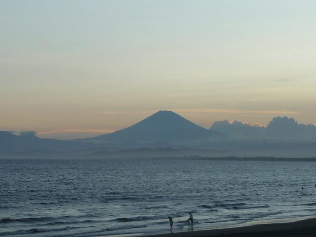 鵠沼海岸の富士山と海水浴客