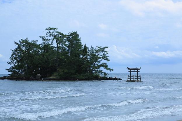 恋路海岸 弁天島と鳥居