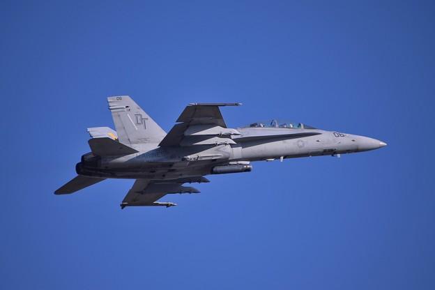 ちょっと休んで岩国へ帰投する厚木基地上がり・・VMFA-242BATS06 F/A-18D 20141122