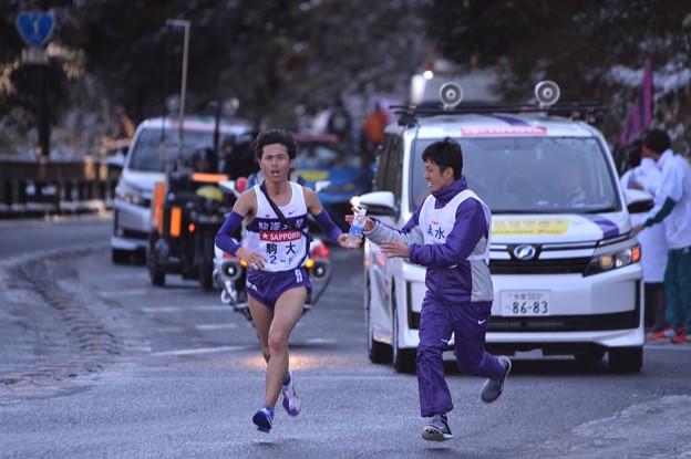ここまで一位で快走の明大文元選手 給水ポイント・・20150102