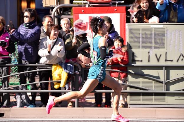 独走態勢の青学の藤川選手 沿道の声援を背に・・20150103