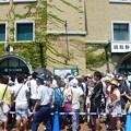 Photos: 外野席入場を待つ観客