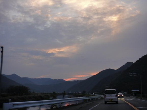 夕焼けに雲が掛かり明日の天気が心配