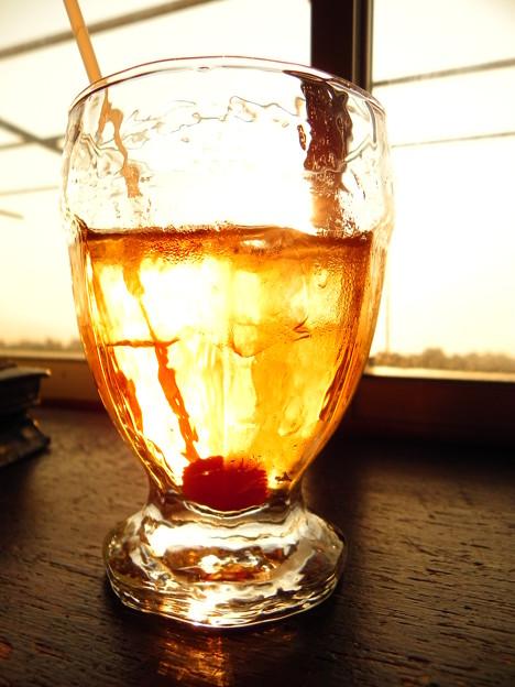 アイスティーのグラスに沈む夕陽@「喫茶店」
